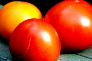 Smaczne, dojrzałe owoce na sałatkę i przetwory