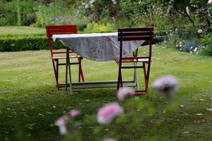 Stoliczek pod jabłonią