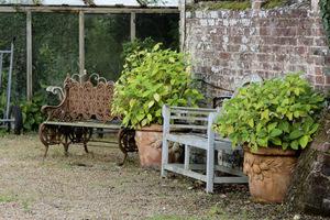 Stare ławki, ta z lewej w stylu wiktoriańskim