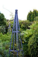Metalowe obeliski dla róż