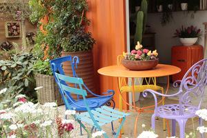 Kolorowe meble konkurują z kolorowymi kaktusami na stoliku