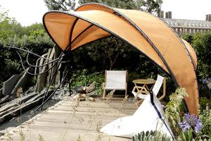 Uroczy pomysł z zadaszeniem chroniącym przed słońcem i wzrokiem z okien domów sąsiedzkich
