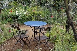 Romantyczny stolik z krzesełkami ukryty  pod drzewem
