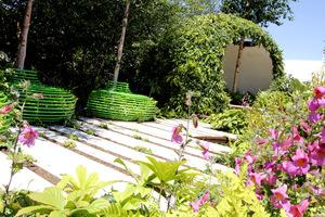 Prywatność zapewnia altana z bujnymi pnączami, np. winobluszcz pięciolistkowy lub bluszcz
