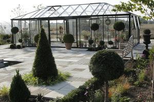 Dekoracja tarasu nawiązuje do nasadzeń w ogrodzie formalnym