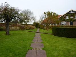 W poprzek trawnika biegnie ścieżka