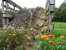 Produkcja własnego kompostu zmniejsza ilość odpadów z gospodarstwa i pozwala nawozić glebę bez poniesienia dodatkowych kosztów