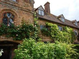 Siedziba rodowa rodziny Vity Sackville-West, zbudowana w połowie XVI wieku. Jedna z pierwszych budowli w Anglii postawiona z cegły