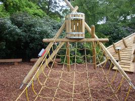 Powierzchnia placu zabaw może być wyposażona w duże elementy. W zależności od budżetu, możemy zainstalować sznury i konstukcje do wspinaczki, domek, huśtawkę, trampolinę, piaskownicę