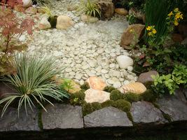 Bezpieczna woda z kamieniami do przekładania i chlapania