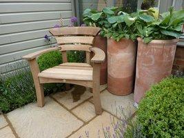 Fotel w pobliżu pachnącej lawendy dla samotnika
