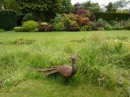 Ogród to również ekspozycja rzeźb miejscowych artystów