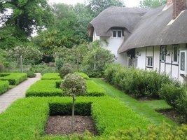Dom kryty strzechą - znak rozpoznawczy tego ogrodu