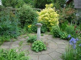 W ogrodzie mnóstwo różnych starych detali, ciekawe także są nawierzchnie z użyciem starych dachówek
