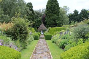 Cztery rabaty zawsze były kluczowym elementem ogrodu, z żywopłotem z cisów z jednej strony i wysokim murem z drugiej