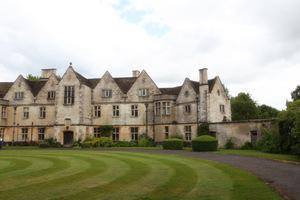 Rodmarton Manor znajduje się w południowej części krainy Cotswold w pobliżu miasta Tetbury
