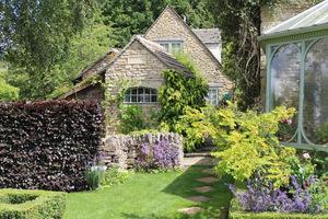 Ogród został zaprojektowany tak, aby dodać uroku domowi i współgrać z otaczającym go krajobrazem wsi, wszystko w harmonii z naturą