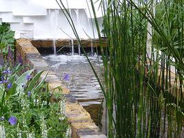 Taki prosty basen zmieści się także w małym ogrodzie