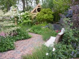 Takie przyjemne miejsce do siedzenia i podziwiania roślin powinno się znaleźć w każdym ogródku