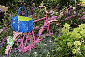 """Bardzo urokliwie wyglądała aranżacja z różowym rowerem wykonana przez Szkółkę Krzewów Ozdobnych """"Pawlak"""""""