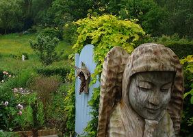 Drewniany anioł po drodze do ogrodu ziołowego